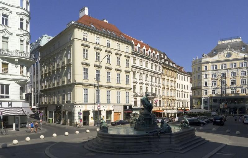 Площадь Нойер Маркт и фонтан Доннера