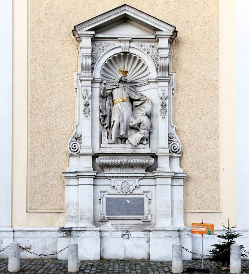 Памятник Генриху II Язомирготту, основателю монастыря шотландцев, на южной стороне внешней стены церкви