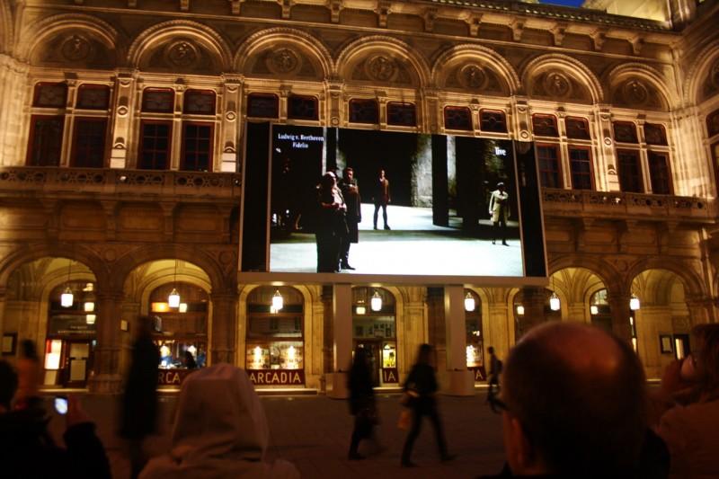 Спектакль можно посмотреть и на улице, на большом экране
