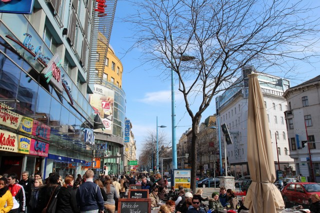 Магазины на улице Марияхильфе