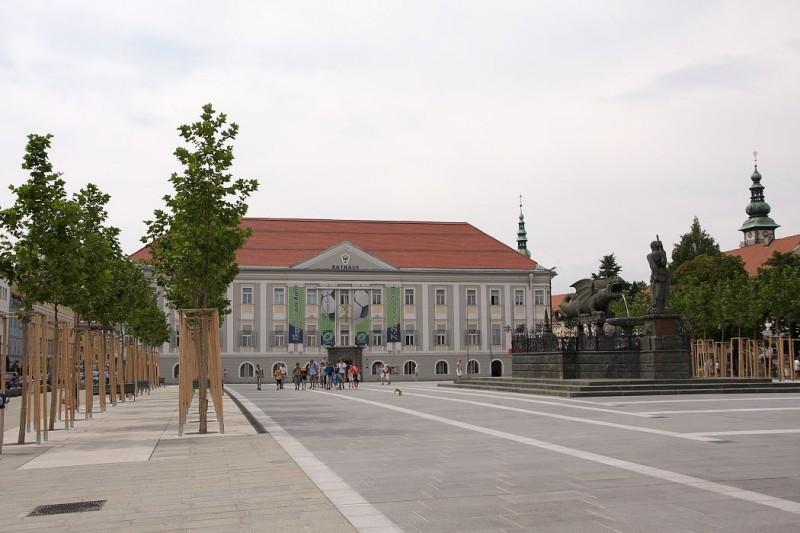 Западную сторону Новой площади  занимает Новая Ратуша