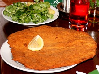 Венский Шницель — визитная фотоснимок австрийской кухни