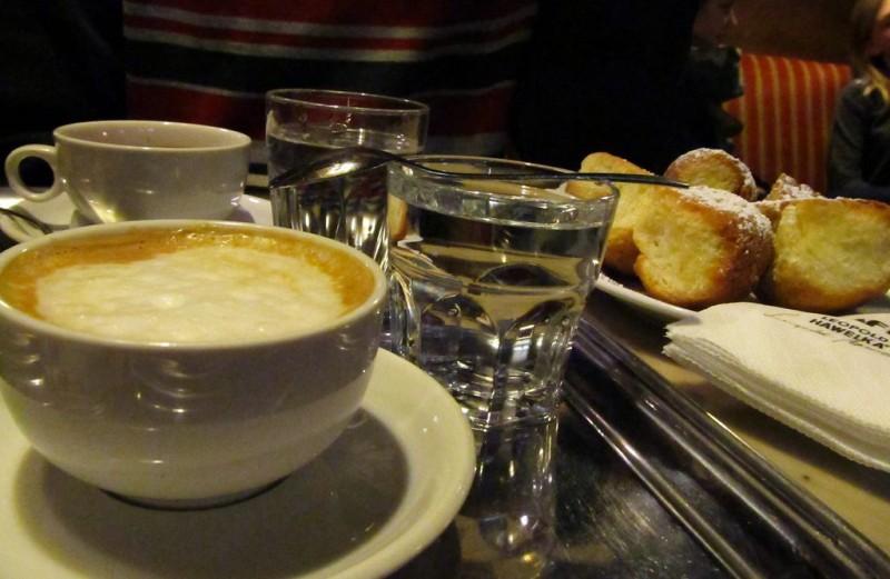 Кофе и бухтели