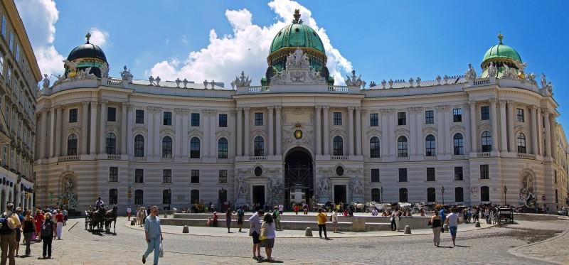 Михаэлерплац - парадная площадь в стиле барокко в самом центре Вены