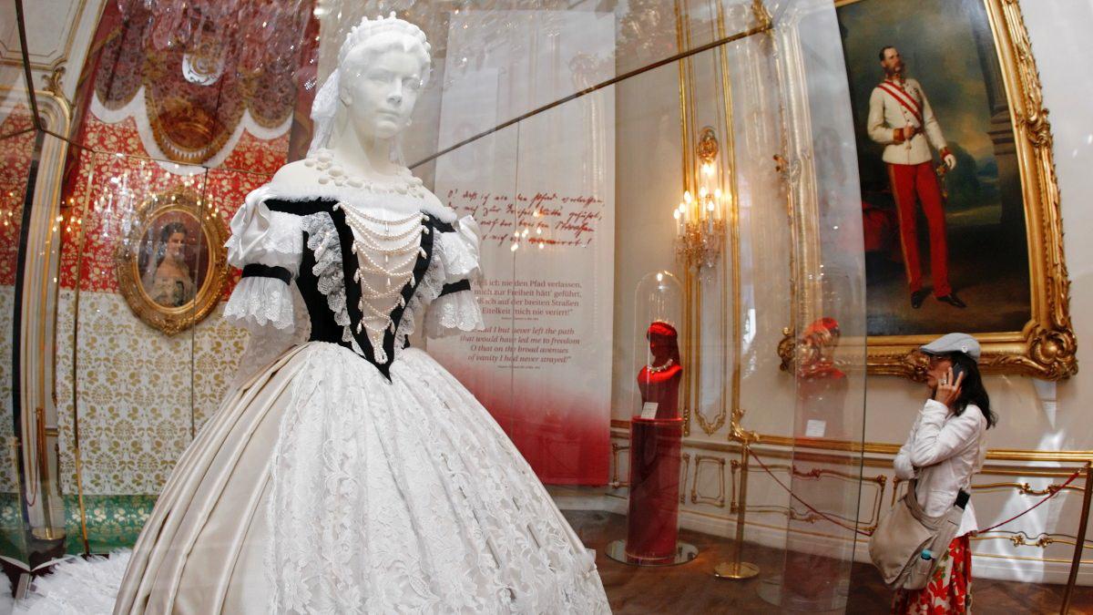 Платье императрицы Елизаветы рядом с портретом мужа Франца Иосифа I