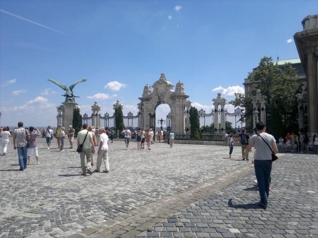 Вход на территорию Королевского Дворца на территории Будайской крепости.
