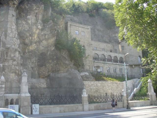 Комплекс монастыря католического ордена паулинов, расположенный у подножия горы Геллерт