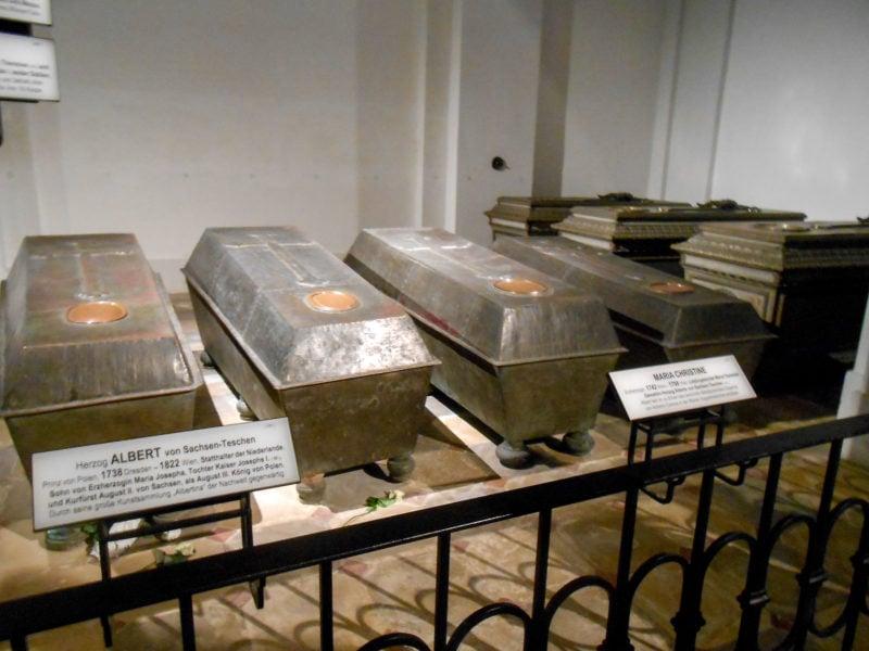 Скромная гробница Альберта Саксен-Тешенского в Тосканском склепе