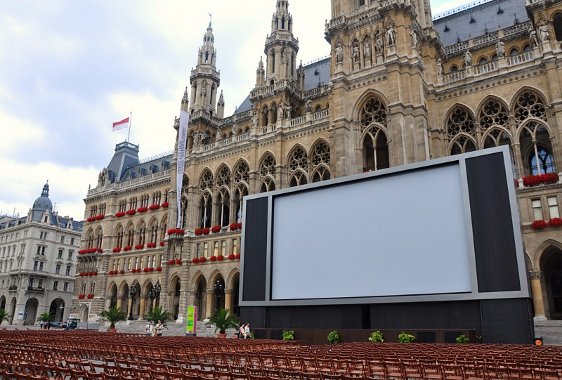 Ратушная площадь во время летнего кинофестиваля