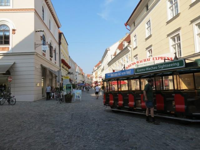 Прогуливаясь по улице Ландштрассе, вы увидите старый город, который расположился по всей длине центральной улицы