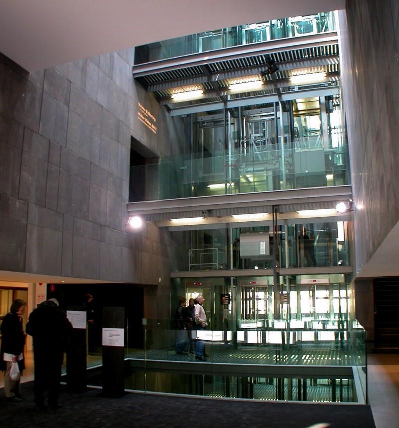 Стеклянные лифты в MUMOK