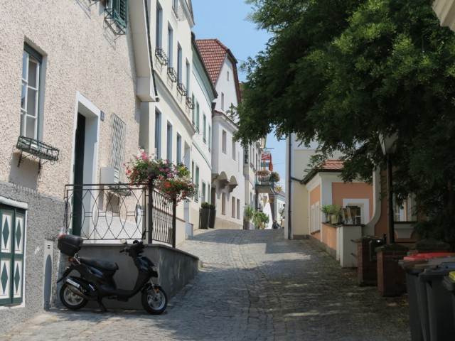 Все улочки Мелька серпантином вьются к главной местной достопримечательности - монастырю