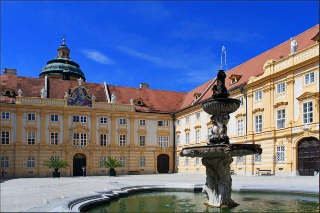 Мельк, дворик монастыря, в котором красуется фонтан Св.Коломна
