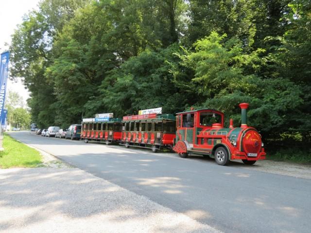 Мельк, экскурсионный паровозик дожидается туристов у пристани