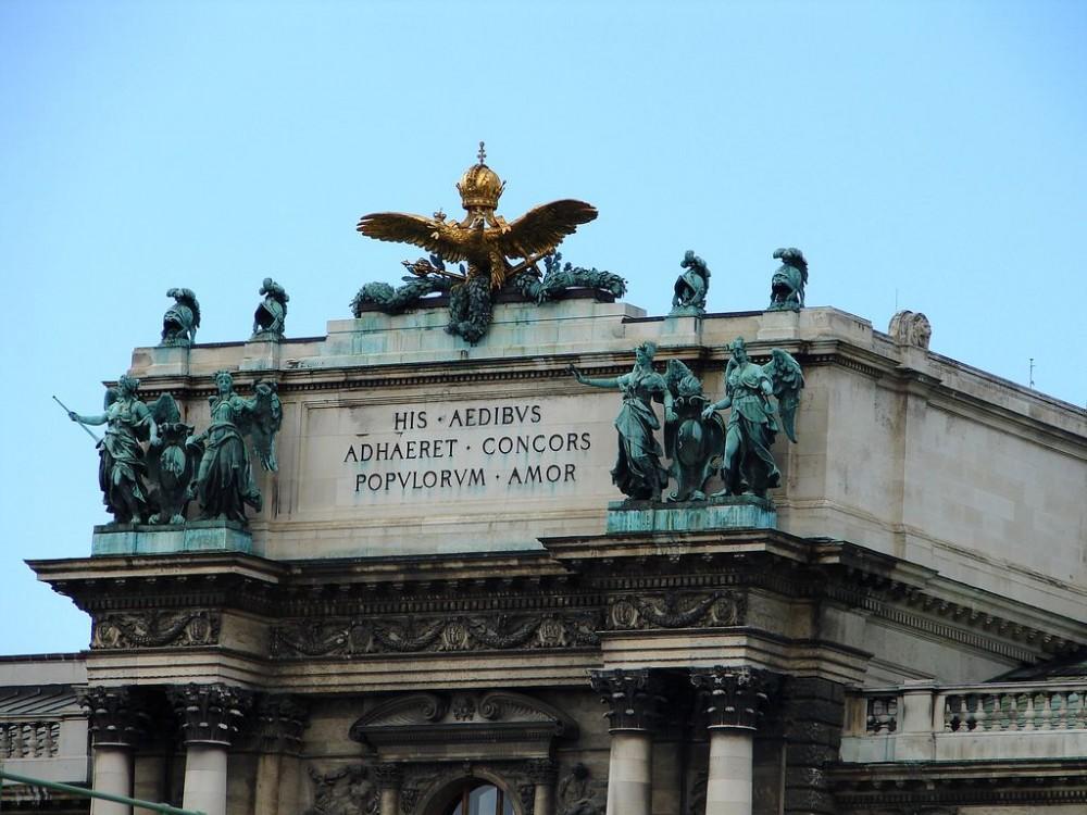 Двуглавый орел с императорской короной на здании Нового замка