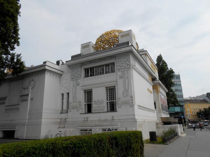 Шар на куполе Сецессиона, состоящий из 3000 позолоченных листьев лавра и 700 ягод.