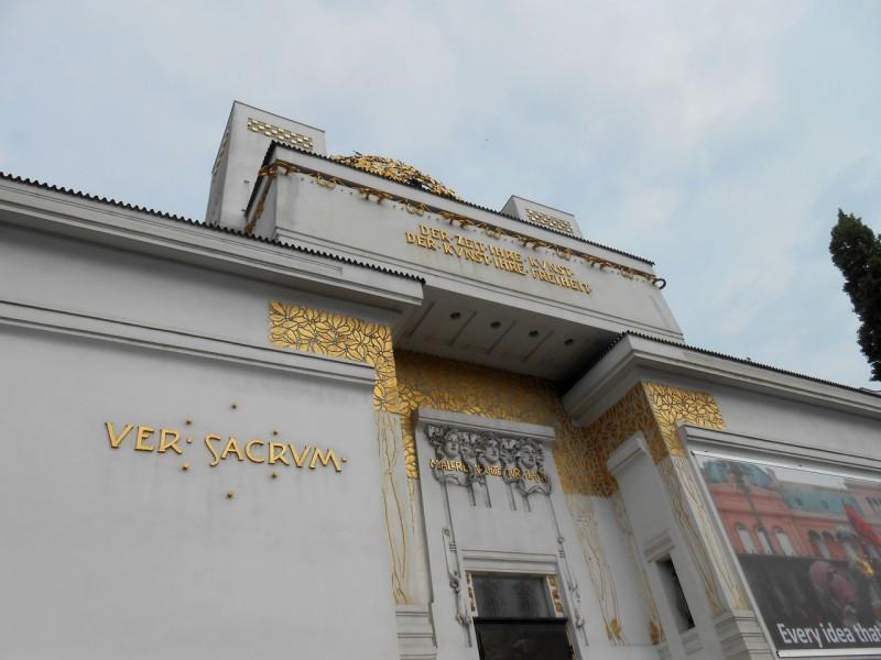 Девиз на фасаде здания: «Времени — его искусство, искусству — его свободу»