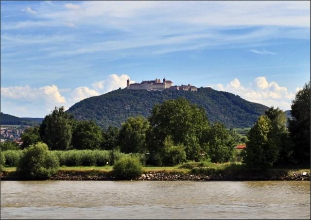 Старинный монастырь Гёттвейг 11в, который расположен на горе, откуда открывается красивый вид на средевековый город Кремс и долину Вахау.
