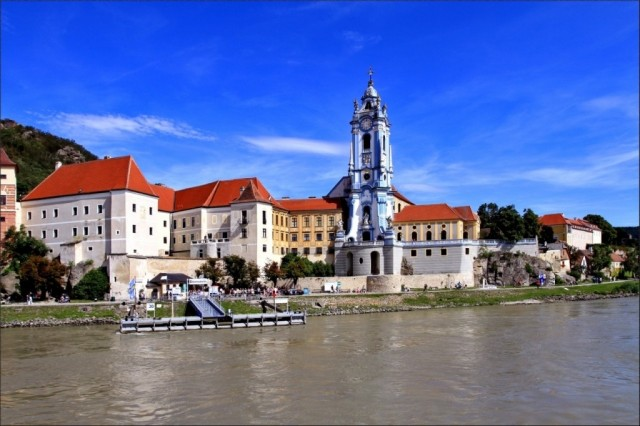 Дюрштайн, сине-белая башня с часами, является символом городка