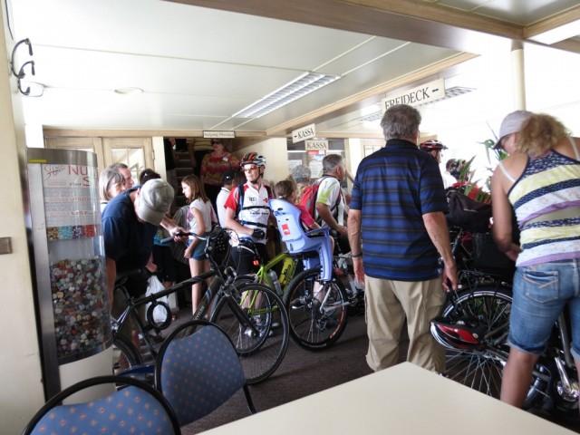 Кремс, первые выходят велосипедисты, которых тут немалое количество разных возрастов