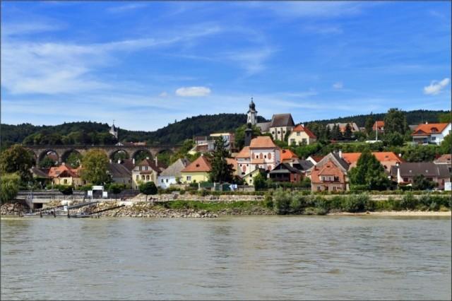 Эммерсдорф, расположен напротив Мелька по другую сторону Дуная