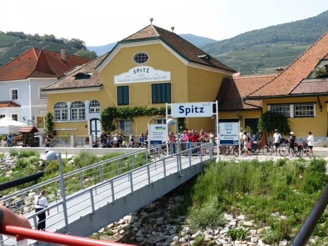 Городок Шпиц, туристы сходят и заходят
