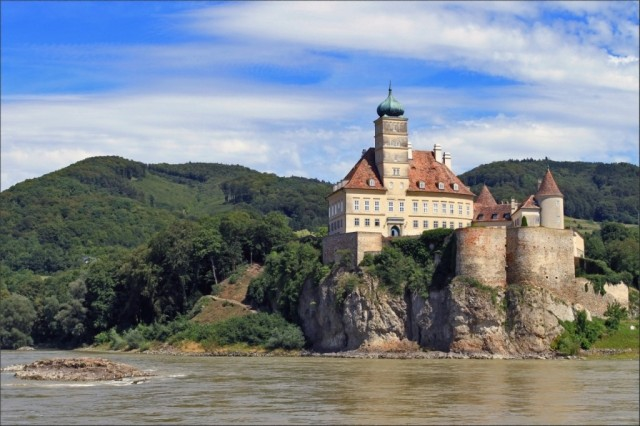 Замок Шёнбюель 12в, стоит на 40м скале на берегу Дуная, доступа нет - частное владение