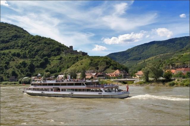 Долина Вахау -это 30км участок Дуная, внесен в список культурного наследия ЮНЕСКО за красивые пейзажи и старинные замки вдоль берегов