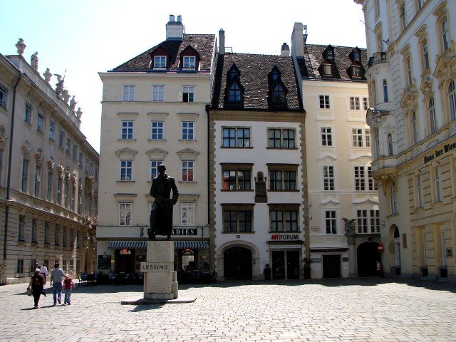 Памятник немецкому поэту Лессингу