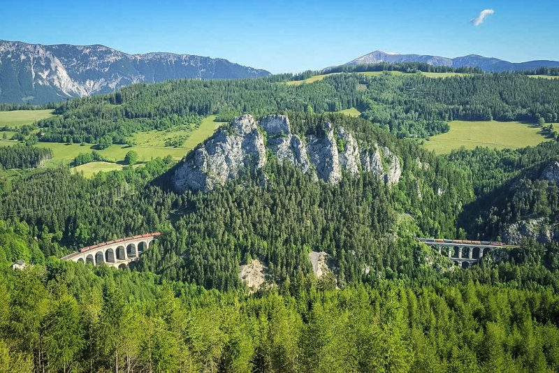 Дорога проходит через горы