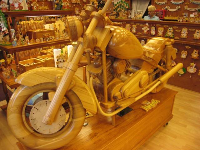 В магазине деревянных игрушек.