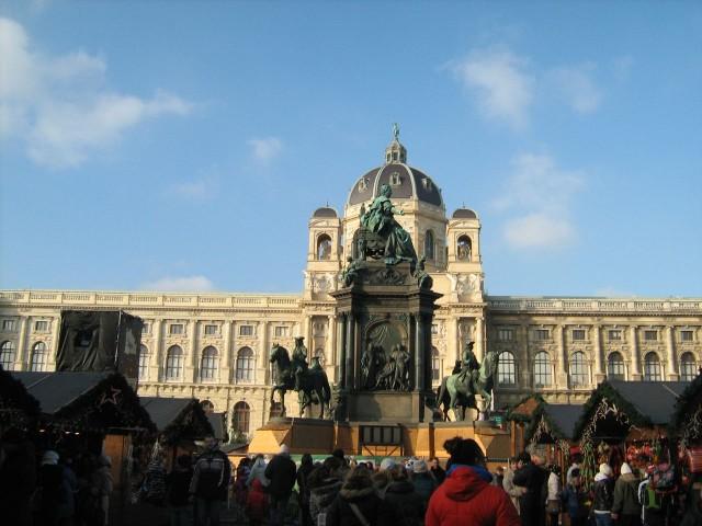 На площади Марии-Терезии.