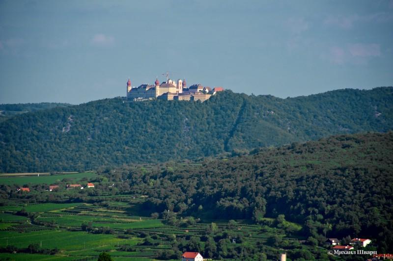 Вдалеке виднеется монастырь Göttweig