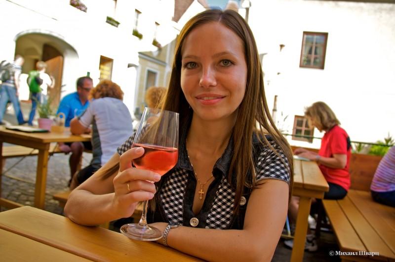 Лена взяла розовое вино