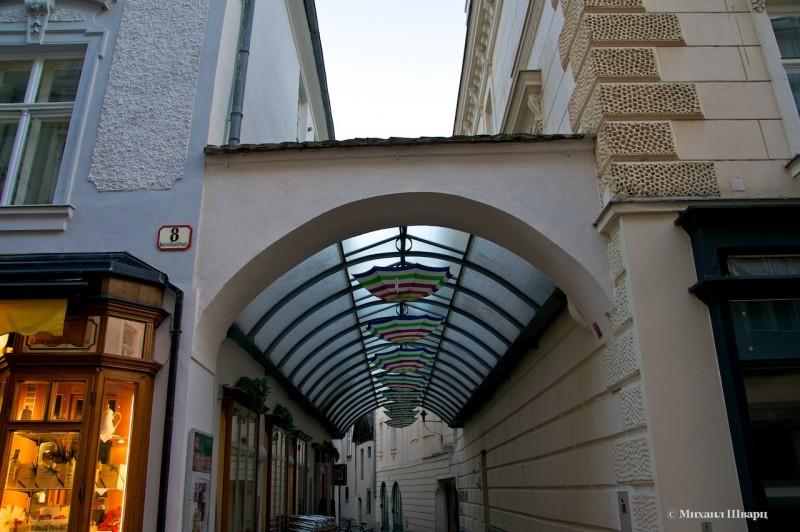 Знаменитая улочка с зонтиками