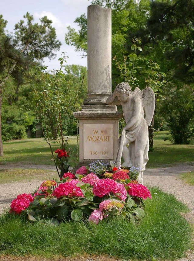 Кенотаф Моцарта — наиболее известное «захоронение» кладбища Святого Марка