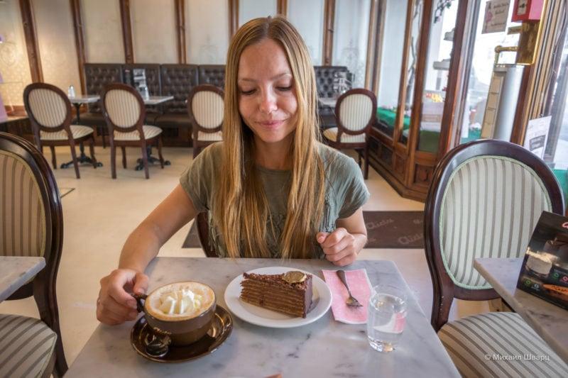 Лена с кофе и тортиком