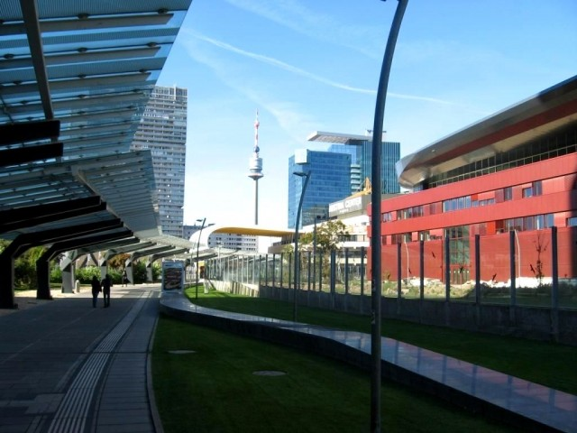 Дунайская обзорная башня на фоне Vienna International City – штаб-квартиры ООН