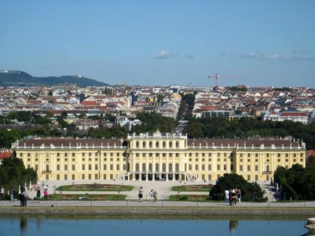 Вид на город с верхней точки парка Шёнбрун
