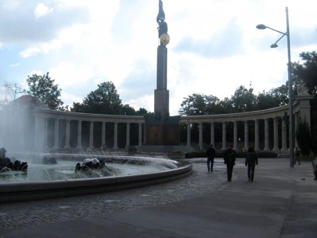 Шварценбергплатц и памятник красной армии