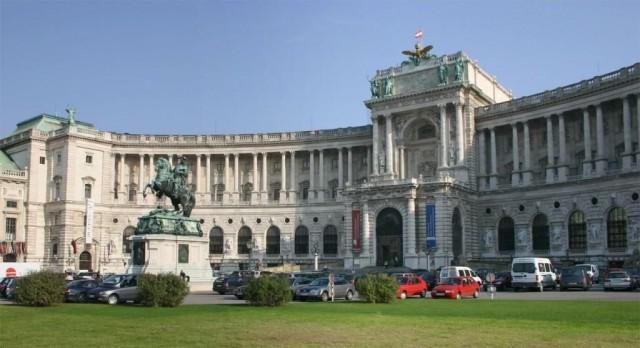 Новый Хофбург, сейчас это национальная библиотека и музей оружия