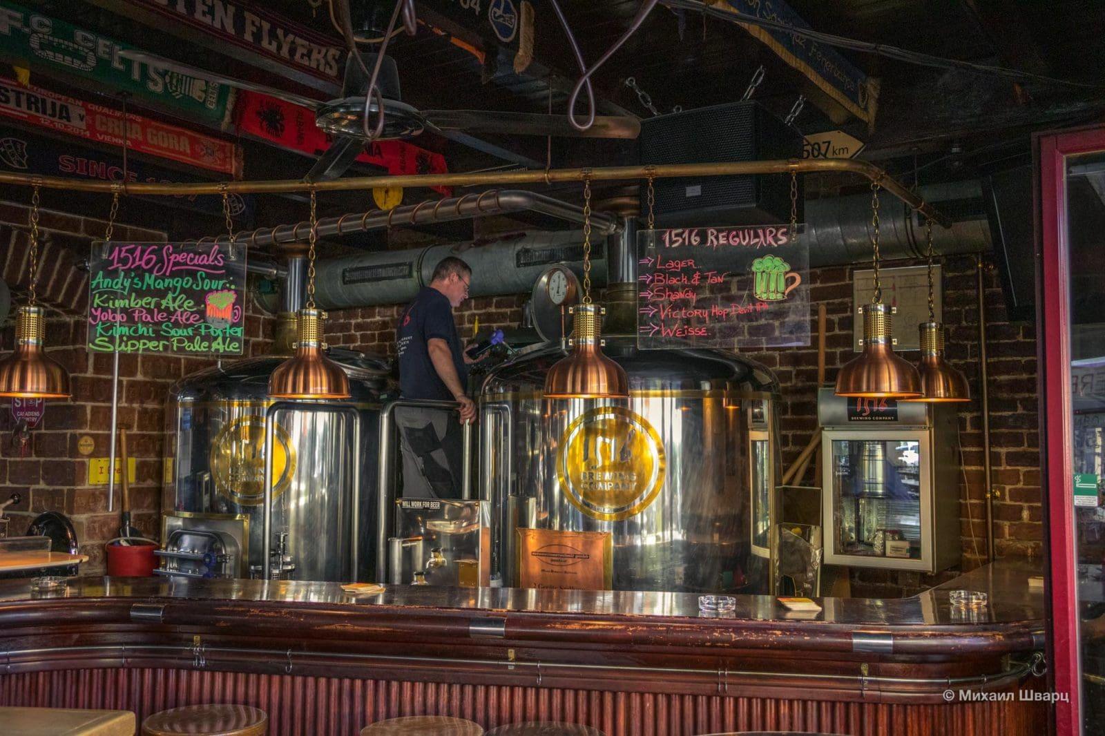 Пивовар заряжает новое пиво в 1516