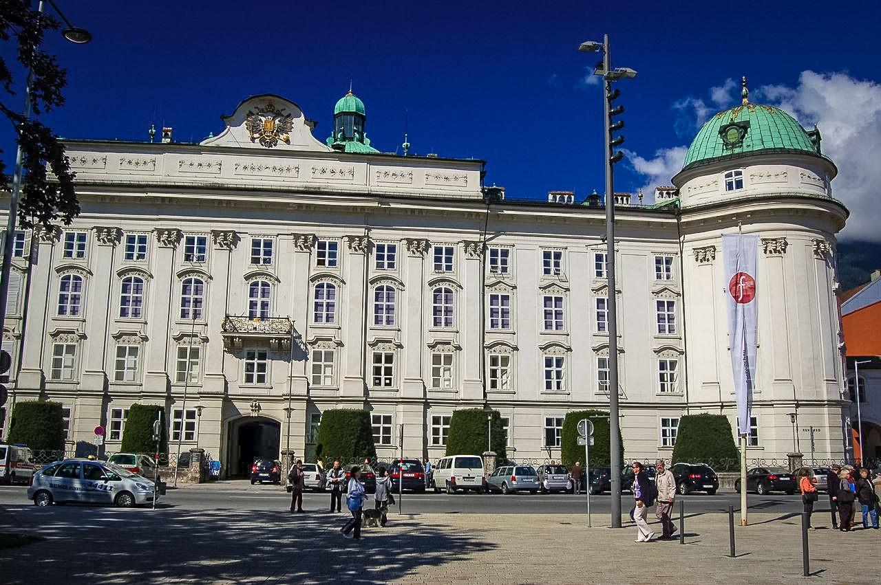 Дворец Хофбург в Инсбруке на два столетия старше своего столичного тезки