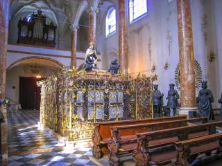Церковь Хофкирхе. «Чёрная свита» императора Максимилиана