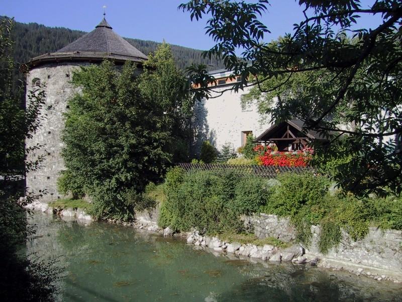 Каменные стены в историческом центре