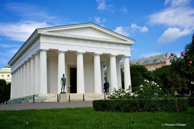 Храм Тесея и Скульптура молодого Атлета