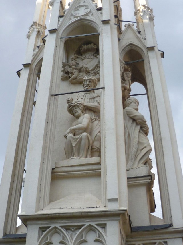 Колонна «Прядильщица у креста» (Spinnerin am Kreuz)