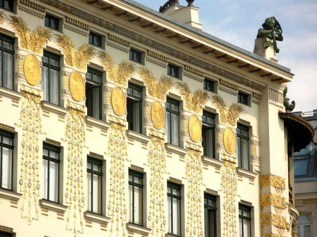 Женские профили в стиле модерн на псевдопилястрах дома на Линке Винцайле 38