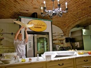 Шоу в области выпечке яблочного штруделя на кафе-бар Резиденц