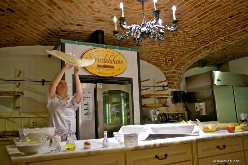 Раскатываем тесто для штруделя